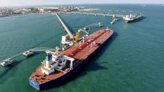 FILE PHOTO - A general view of a crude oil importing port in Qingdao, Shandong province, in this November 9, 2008 file photo.   REUTERS/Stringer/File Photo
