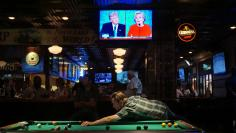 Patrons at McGregor's Bar and Grill watch the first televised debate between Democratic presidential candidate Hillary Clinton and Republican presidential candidate Donald Trump in San Diego, California, September 26, 2016.  REUTERS/Sandy Huffaker