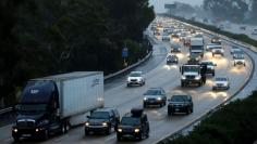 Traffic moves through the rain along interstate 5 in Encinitas, California December 3, 2014.   REUTERS/Mike Blake/File Photo